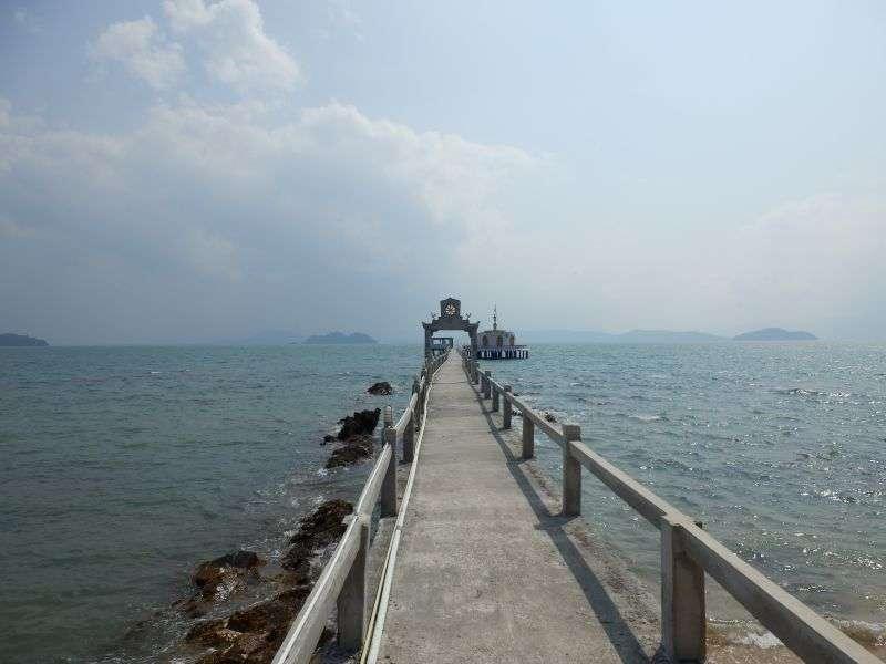 den langen Pier entlang